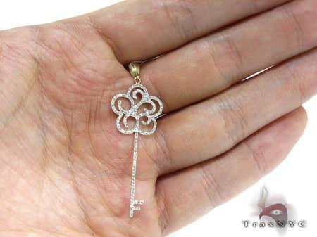 YG Daisy Petals Key Pendant Stone